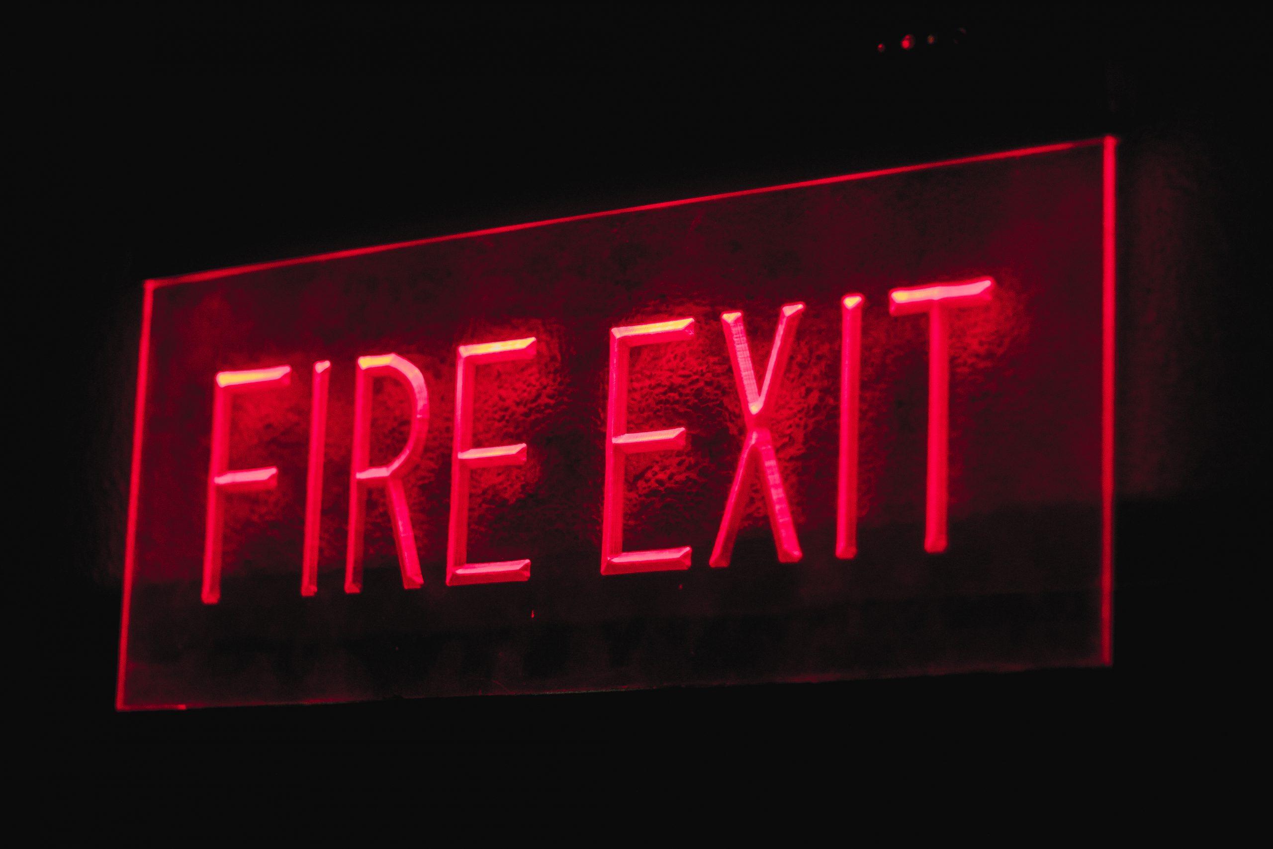 Señal de salida en caso de incendio - Cómo se cierran las puertas cortafuego DREXMIN