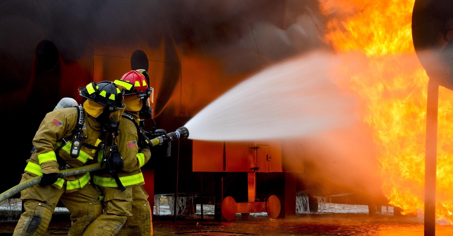Bomberos extinguiendo un fuego - Mantenimiento protección contra incendios
