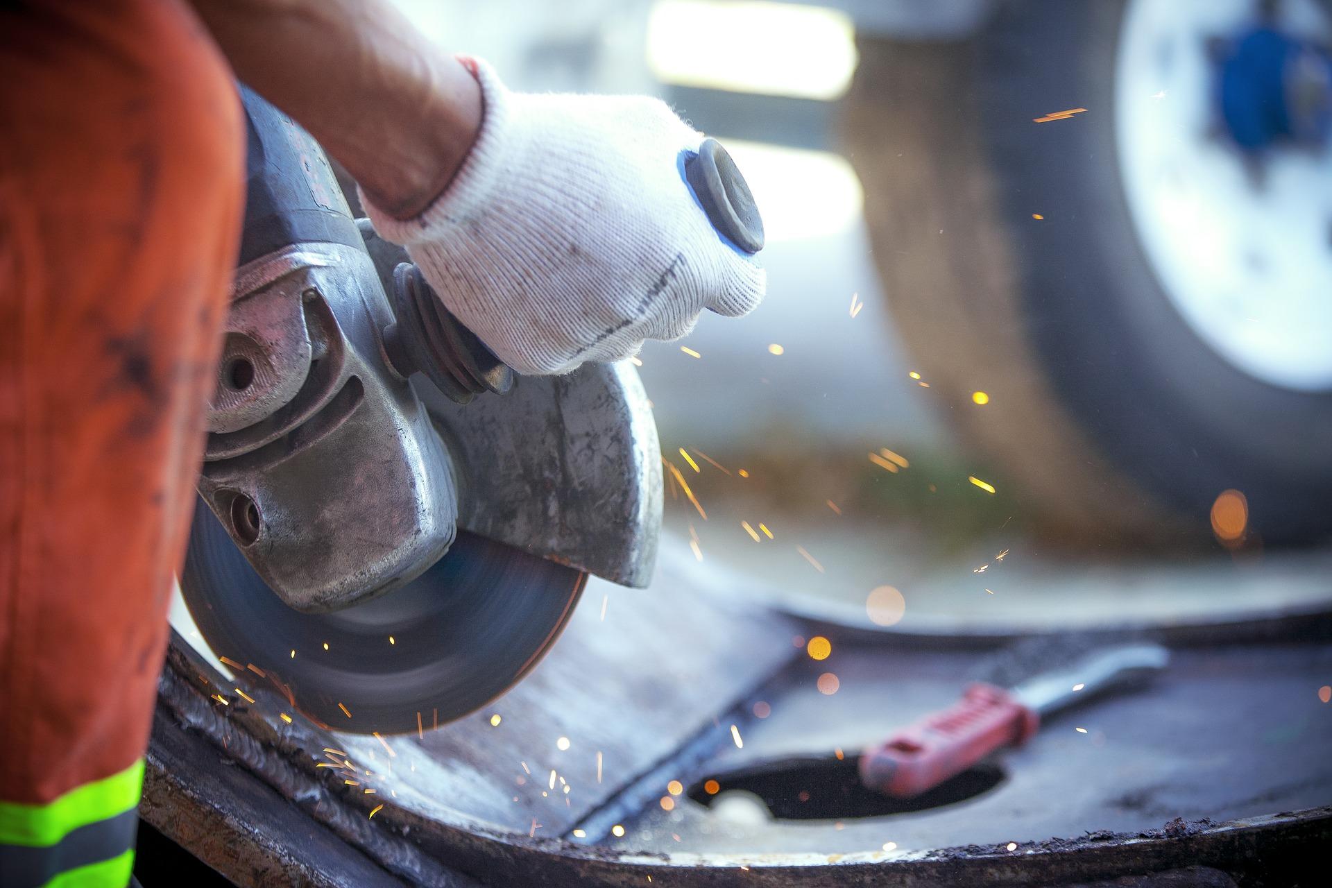 Detalle de un trabajador en un taller mecánico - Drexmin